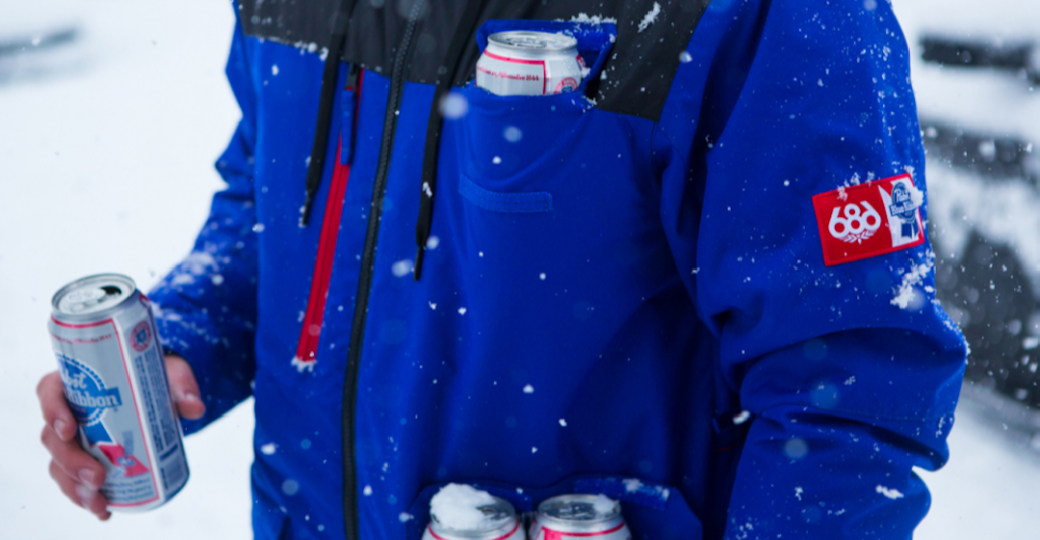 686 x Pabst Blue Ribbon Sixer Jacket : une veste de ski capable de transporter 12 bières