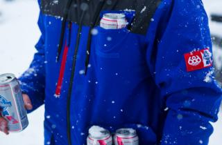 686 x Pabst Blue Ribbon Sixer Jacket : une veste de ski capable de transporter 12 bières