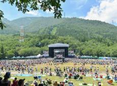 Au Japon, yoga et live aux pieds des collines du Fuji Rock festival