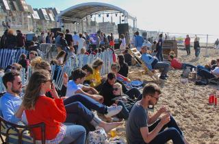 Cabourg Mon Amour : pieds dans le sable et oreilles en éventail