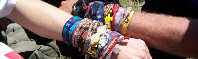 les bracelets de festivals sont pleins de bact ries tous les festivals. Black Bedroom Furniture Sets. Home Design Ideas