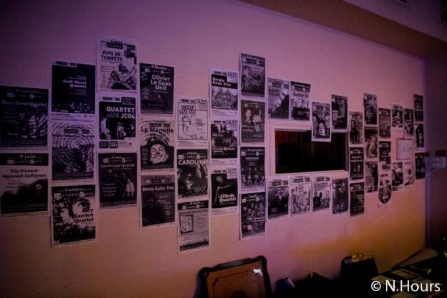 Au mur, les unes du journal de l'association Fabrica'Son symbolise les 10 ans du festival